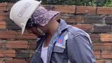 Chồng trẻ cô dâu 65 tuổi đi làm phụ hồ dưới trời nắng
