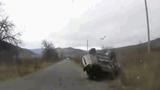 Video: Ô tô lộn vòng hất văng người phụ nữ ra khỏi xe