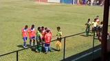 Video: Tự nhặt đá đập vào đầu, cầu thủ tạo ra màn ăn vạ