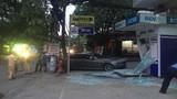 TP HCM: Ôtô BMW nổ lốp đâm vỡ nát trụ ATM