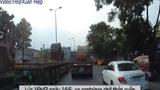 Video: Xe container chở thép cuộn 60 tấn đứt cáp xích, nhiều người thoát nạn