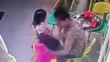 Video: Cô giáo mầm non tát liên tục vào mặt khiến trẻ ngã dúi dụi