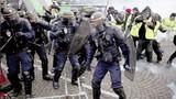 """""""Áo vàng"""" biểu tình phản đối giá nhiên liệu gây rối loạn Paris"""