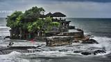 Ngắm miếu Hải Thần sừng sững giữa sóng dữ trên đảo Bali