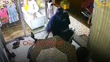Video: Chủ cửa hàng phát hiện kẻ gian trộm xe ở TP.HCM