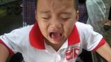 """""""Cháu bé bị cắt chân"""" khóc thét khi biết mất cha mẹ"""