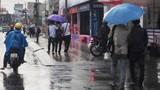 """Người dân TP HCM """"co ro"""" trong áp thấp nhiệt đới"""