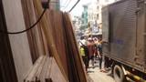 Một công nhân bị hàng tấn ván ép đè chết