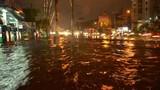 Mưa suốt đêm ngày, đường phố Sài Gòn chìm trong biển nước