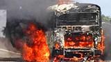 TPHCM: Xe khách cháy dữ dội trên cao tốc, 30 người suýt chết