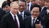 Tổng thống Nga Putin vẫy tay chào người dân khi đến Đà Nẵng