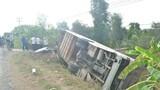 Lật xe khách chở 40 công nhân, nhiều người bị thương
