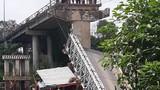 Sập cầu ở Đồng Tháp, xe tải và xe ba gác rơi xuống sông
