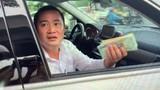 PGĐ địa ốc Trường Lộc cố thủ trong xe, chê lương CSGT không đủ tiền để đền