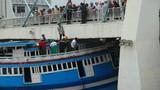 Giải thoát thành công tàu cá mắc kẹt dưới gầm cầu