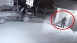 Video: Táo tợn phóng hỏa đốt xe ô tô của người dân trong đêm