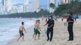 Cận cảnh cưỡng chế giải tán người tắm biển ở Nha Trang để ngăn dịch COVID-19