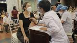 Người dân Hà Nội đi tiêm vắc xin trong tối muộn