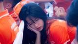 """""""Giả vờ"""" ngủ gật trong lễ khai giảng, nữ sinh FPT để lộ góc nghiêng thần thánh"""