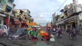 TP HCM: Grabbike đi ngược chiều, ngang ngược nạt nộ... đòi ô tô nhường đường