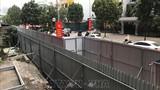 Hàng rào chắn tôn mới chờ phương án phá dỡ giai đoạn 2 toà nhà 8B Lê Trực