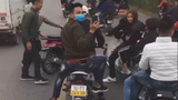 Hàng chục thanh niên lái xe máy dàn hàng ngang, cố tình lạng lách trước đầu ô tô