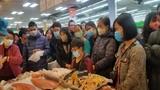 Hỗn loạn cảnh người Hà Nội giành giật để mua bằng được tôm hùm giảm giá