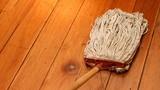 Sàn gỗ sạch bong như mới chỉ nhờ thứ nguyên liệu rẻ tiền