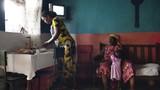 Lo sợ tội phạm tình dục, các bà mẹ Cameroon ủi phẳng ngực con gái