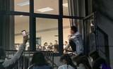 """Kỳ lạ lớp học """"dạy yêu"""", giới trẻ trèo lên cửa sổ nghe giảng"""