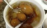 Món chè ăn với trứng gà và thịt cá khiến thực khách e dè
