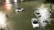 Đường sá ở TP Quảng Ngãi ngập sâu, nhiều ôtô chết máy