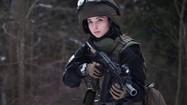 """Soi sắc vóc tựa """"búp bê sống"""" của """"thiên thần quân đội"""" Nga"""