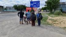 COVID-19 thất nghiệp: Xót xa người nghèo đi bộ, đạp xe...  về quê