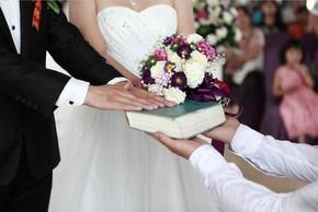 """Nhận nhẫn đính hôn, tôi """"hóa đá"""" khi nhìn vật quen trong túi chồng"""