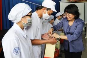 Phó Chủ tịch nước thăm hỏi, động viên công nhân nhà máy sữa trước Tết