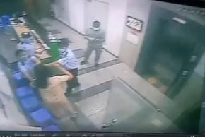 Video: Bị nhắc nhở đeo khẩu trang, 1 phụ nữ hành hung bảo vệ ở TP HCM