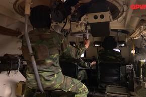 Bên trong xe thiết giáp Việt Nam tham gia bảo vệ Đại hội Đảng
