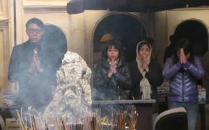 Tấp nập người dân tới chùa cầu may đầu năm mới