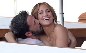 Jennifer Lopez quấn quýt bên Ben Affleck dịp sinh nhật 52 tuổi
