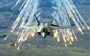 """""""Dòng đời xô đẩy"""" khiến tiêm kích F-22 Raptor thành cường kích mặt đất"""