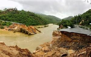 Khánh Hòa: Nguy hiểm rình rập giáo viên đi bè qua sông dạy học