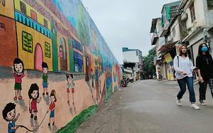 Người dân thích thú với bức tường bích họa cạnh nhà máy Rạng Đông