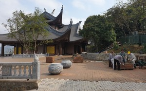 """Đại gia Xuân Trường có """"chơi trội"""" khi đưa vợ vào thờ đền Tứ Ân chùa Tam Chúc?"""