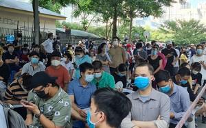 """Một số điểm tiêm vắc xin ở Hà Nội """"chen lấn"""" người… có bung, toang?!"""