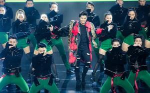 Noo Phước Thịnh choàng trăn lên cổ biểu diễn ở The Remix
