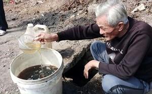 Thanh Hóa: Sau sự cố tràn dầu, dân mang xô ra hớt về dùng