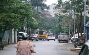 """Hà Nội: Hình ảnh """"kỳ lạ"""" trên phố Trần Quốc Vượng vào ban ngày"""