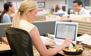 Ăn trưa ngay tại bàn làm việc: Sai lầm kinh điển khiến bạn dễ mắc nhiều bệnh