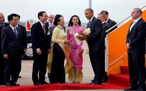 Tài sắc cô gái Sài thành tặng hoa sen cho Tổng thống Obama